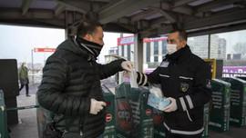 İBB toplu taşımada maske dağıtmaya başladı