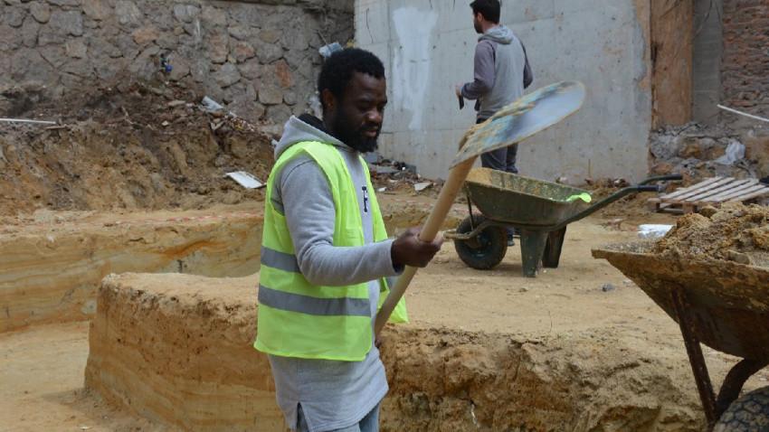 Futbolcu olma hayaliyle geldi, inşaat işçisi oldu