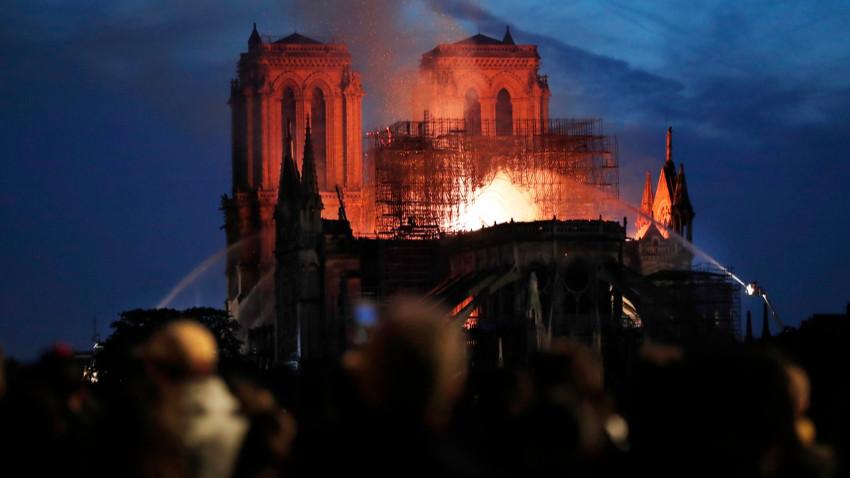 850 yıllık Notre Dame Katedrali yandı