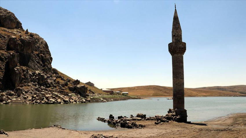 Baraj suları çekilince eski köy yeniden göründü