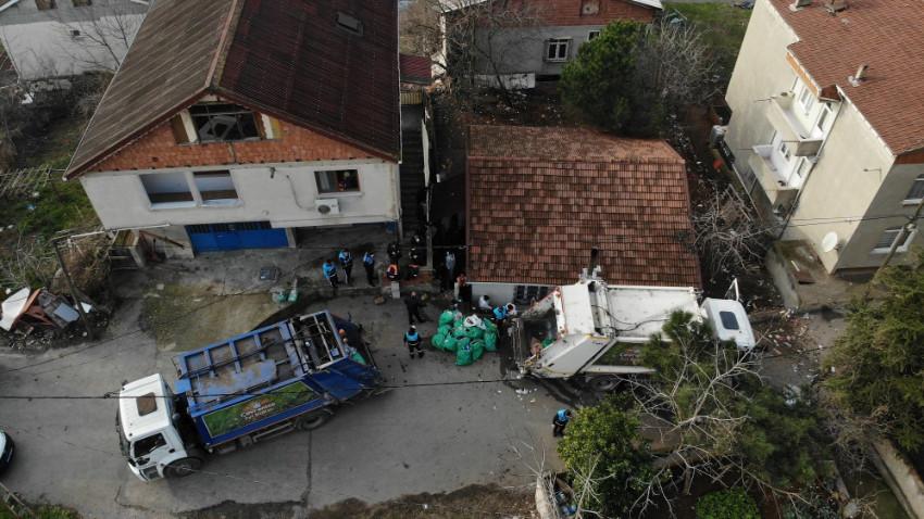Vatandaş ihbar etti! Pendik'te bir evden 20 ton çöp çıkarıldı!
