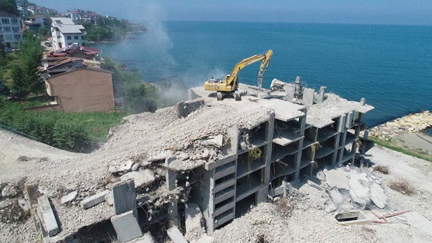 Ordu'da deniz kıyısına yapılan gökdelen yıkıldı