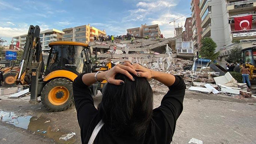 İzmir'i vuran depremde 12 kişi hayatını kaybetti 17 bina yıkıldı
