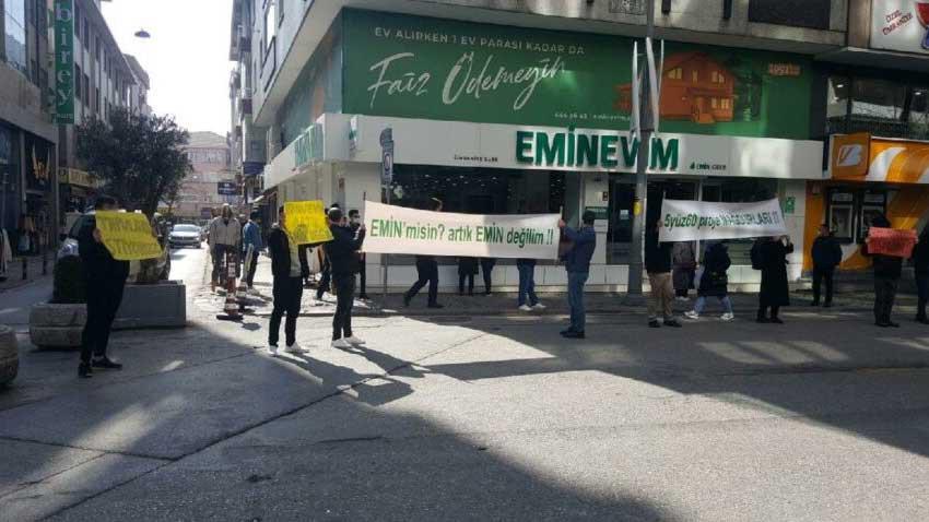 Eminevim mağdurları sokakta eylem yaptı! Tapuları verilmeyince pankart açtılar