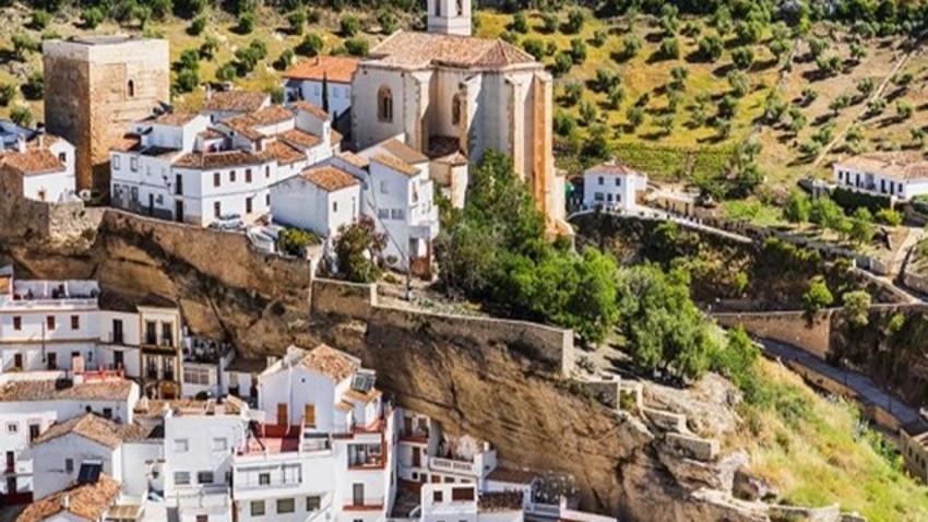 Kayanın altında bir köy!